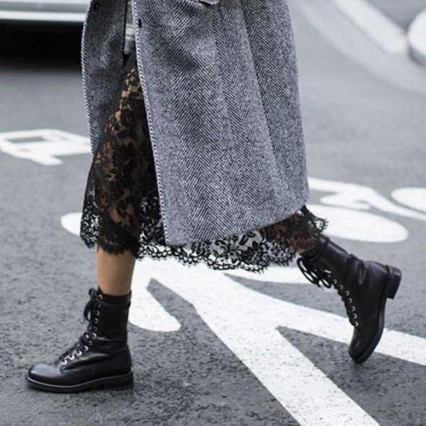 На фото изображен сдержанный вариант с обувью на шнуровке и черным кружевным платьем ниже колена.