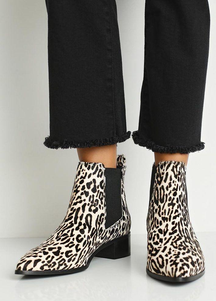 Не менее актуален животный принт (леопардовый, зебра). Короткие сапоги плюс укороченные прямые брюки — ярко и свежо.