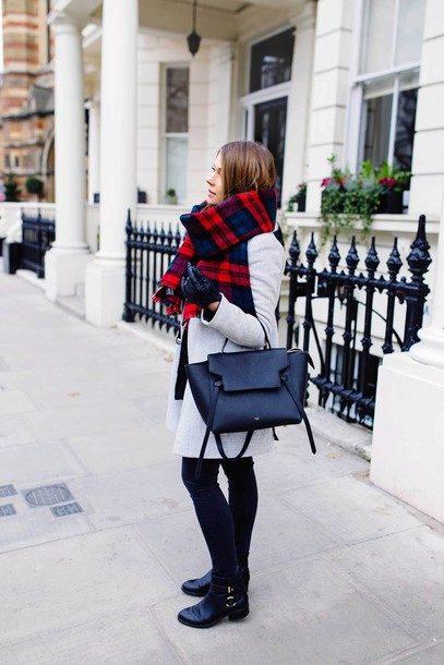Короткие сапоги с узкими штанами, светлым пальто и темной сумкой смотрятся гармонично. Объемный клетчатый шарф — яркий штрих образа.