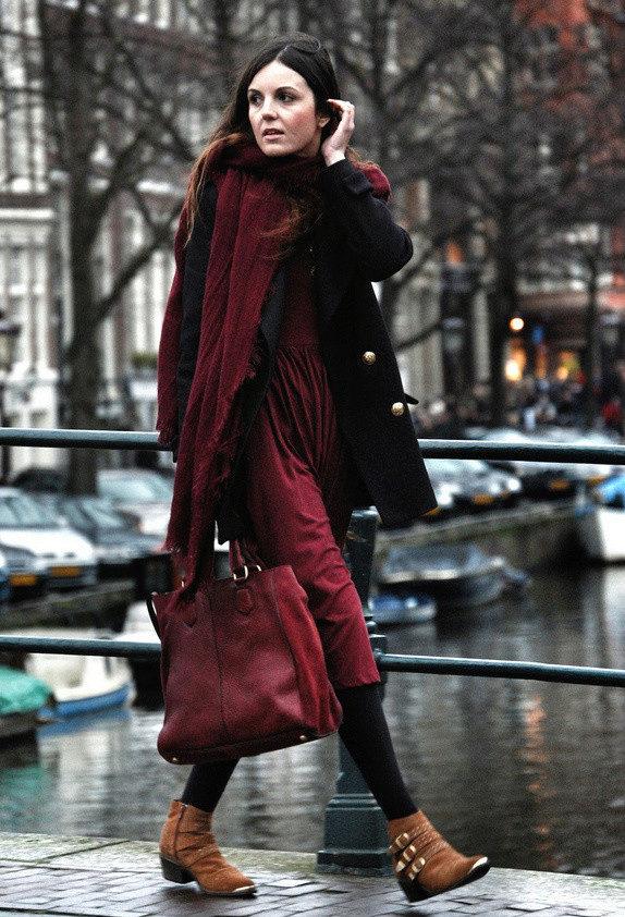 С рыжими сапогами можно надеть темное пальто, бордовое платье и шарф. Это не только красиво, но и тепло.