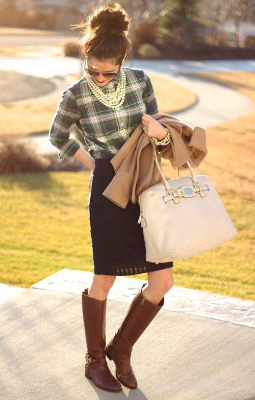 А вот еще одна идея аутфита: сапоги ниже колена, прямая юбка, клетчатая рубашка и объемный пучок. Образ украшают жемчужные бусы, которые очень уместны в этом сезоне.