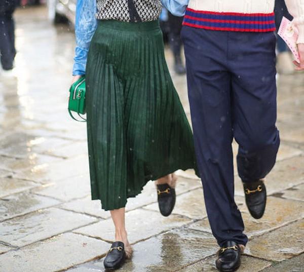 Оригинальное решение – юбка плисе и слиперы с меховое оторочкой