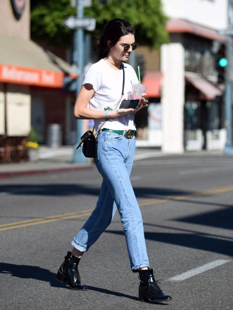 Модель Кендалл Дженнер в укороченных джинсах, ботинках на шнуровке