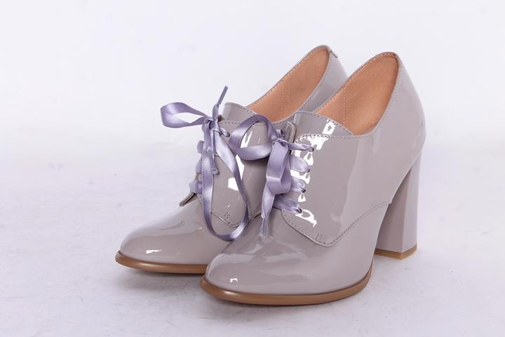 Элегантные ботинки модного серого цвета — украшение образа.