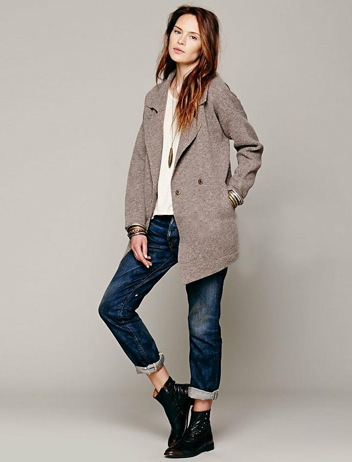 Серый кардиган-пальто, светлая кофта, джинсы и ботинки — стильно и лаконично.