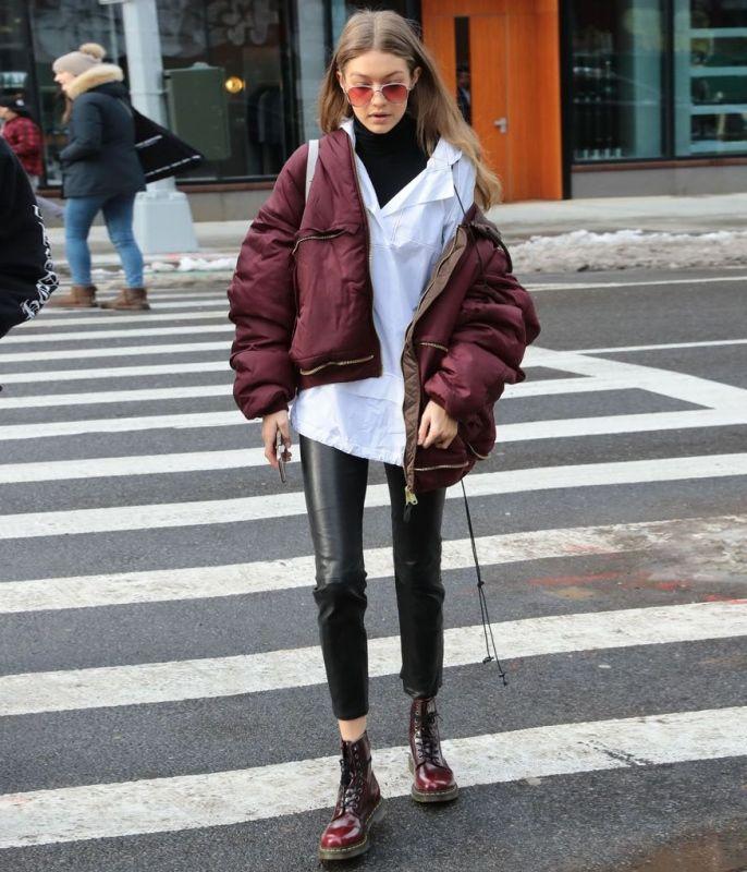Джиджи Хадид скомбинировала модные бордовые ботинки с кожаными штанами и дутой курткой.
