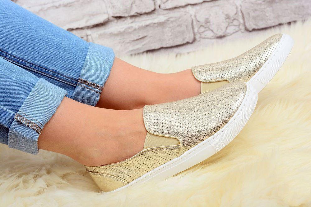 Слипоны из мягкого материала гораздо удобнее в носке без носочка.