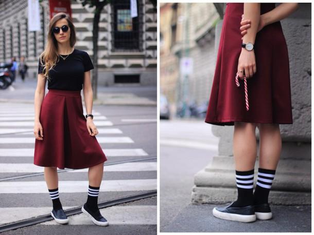 Юбка, слипоны и носки - эффектный лук для бунтарки.