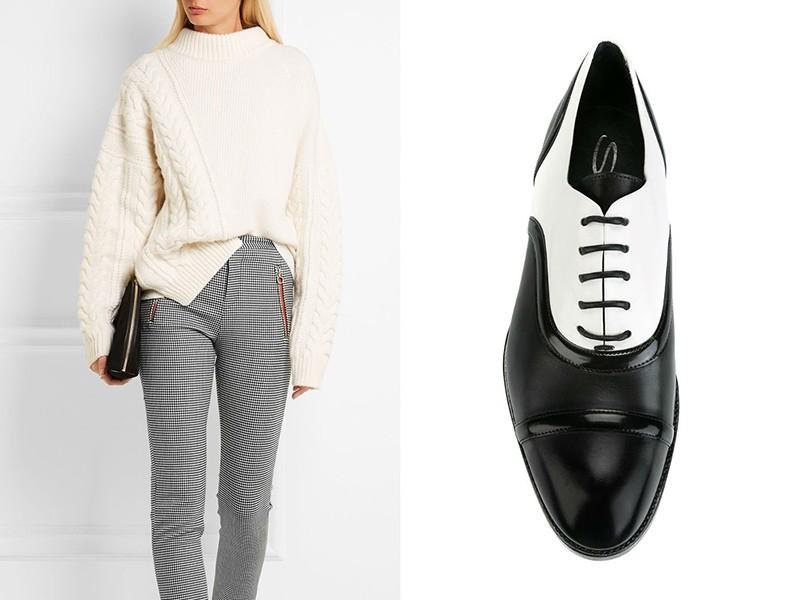 Черно-белые оксфорды, штаны, свитер оверсайз молочного цвета и темный клатч создают единый образ.