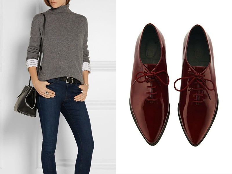 Идея аутфита на осень — вишневые оксфорды, джинсы, серая водолазка и черная сумка с длинным ремешком.