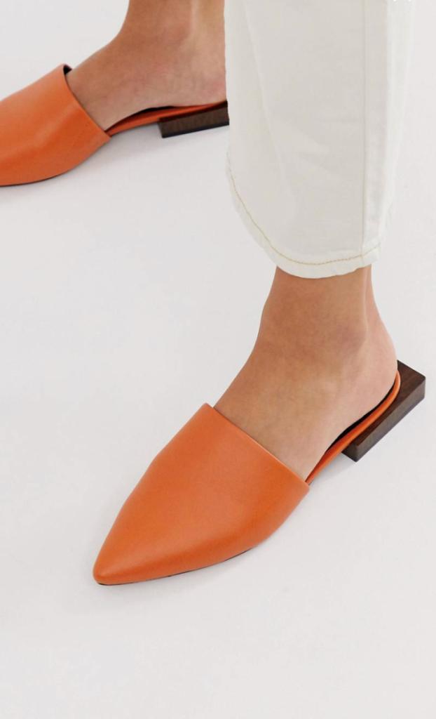 Стильные оранжевые мюли с маленьким геометричным каблуком.