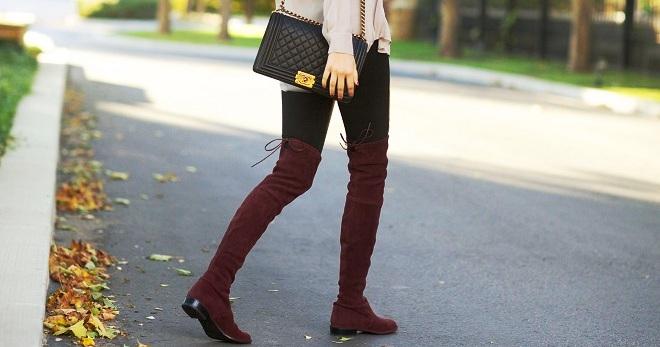 Ботфорты цвета марсала, черные леггинсы, пастельный свитер — образ на осень готов.