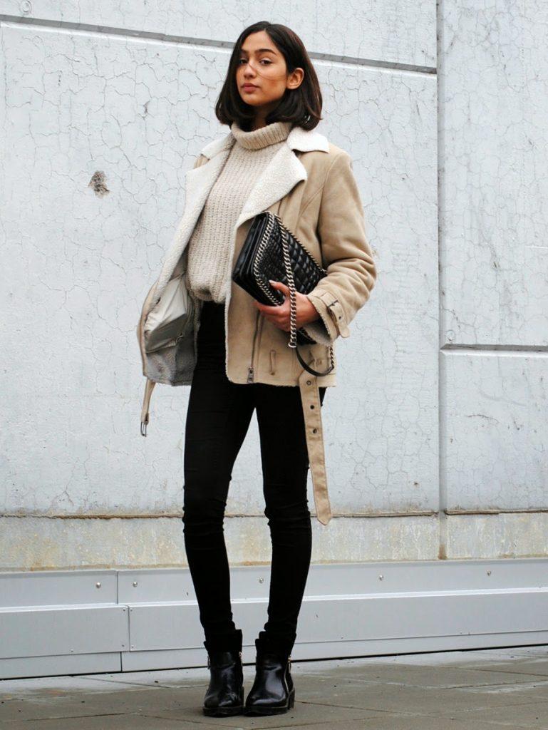 Сочетайте обувь на низком ходу с темными джинсами, объемным свитером и короткой дубленкой.