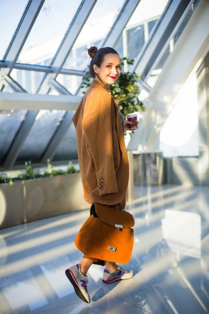 Кроссовки и пальто — стильно и в духе кэжуал.