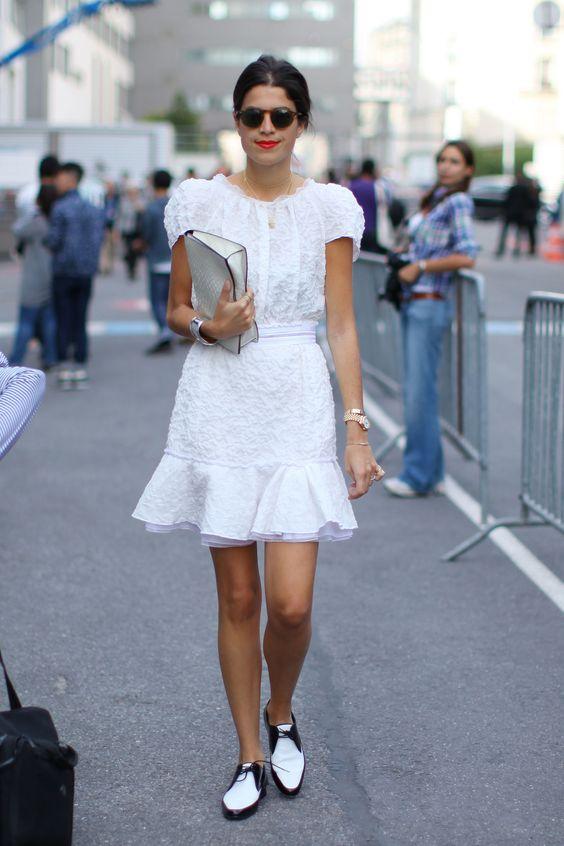 Белое платье с воланами в сочетании с черно-белыми броги.