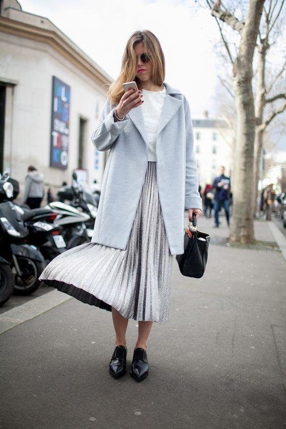 Стильный образ - белая футболка, юбка плиссе с металлическим декором и черные лоферы с заостренным носком.