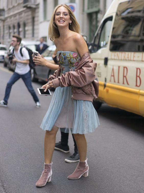"""Коктейльное голубое платье с вышивкой на груди, розовый бомбер и бледно-розовые бархатные полуботинки - """"носки""""."""
