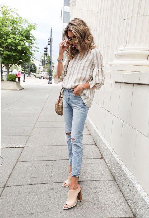 Летний и весенний вариант - свободная хлопковая рубашка, голубые джинсы скинни и бежевые мюли на устойчивом каблуке. Образ дополнен веревочной сумкой и очками.