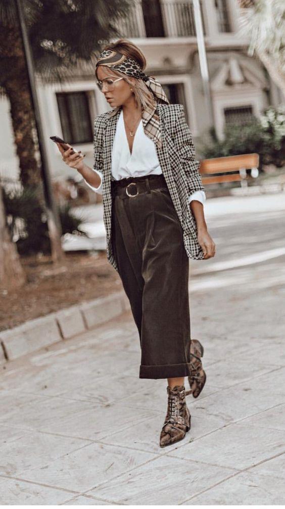 Белая рубашка, коричневые замшевые кюлоты, клетчатый пиджак в сочетании с лаковыми полуботинками с анималистическим принтом и заостренным носком.