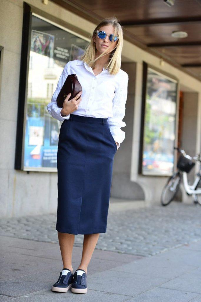 Юбка-карандаш, белая блуза и полуспортивные синие туфли - эффектное решение делового лука.