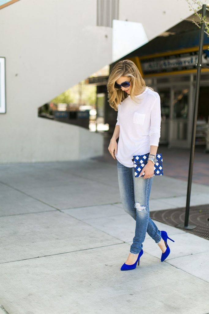 Джинсы  и синие туфли - классика повседневного лука.