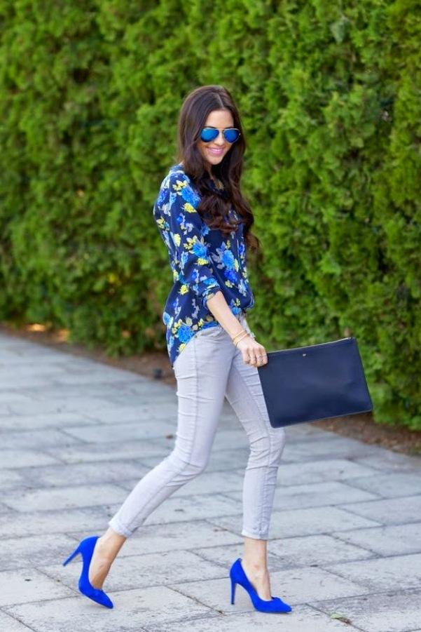 Синие туфли отлично смотрятся с серыми укороченными брюками скинни.