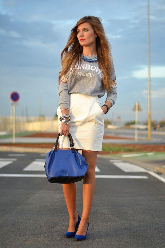 Соблазнительный повседневный образ с белой юбкой и синими туфлями.