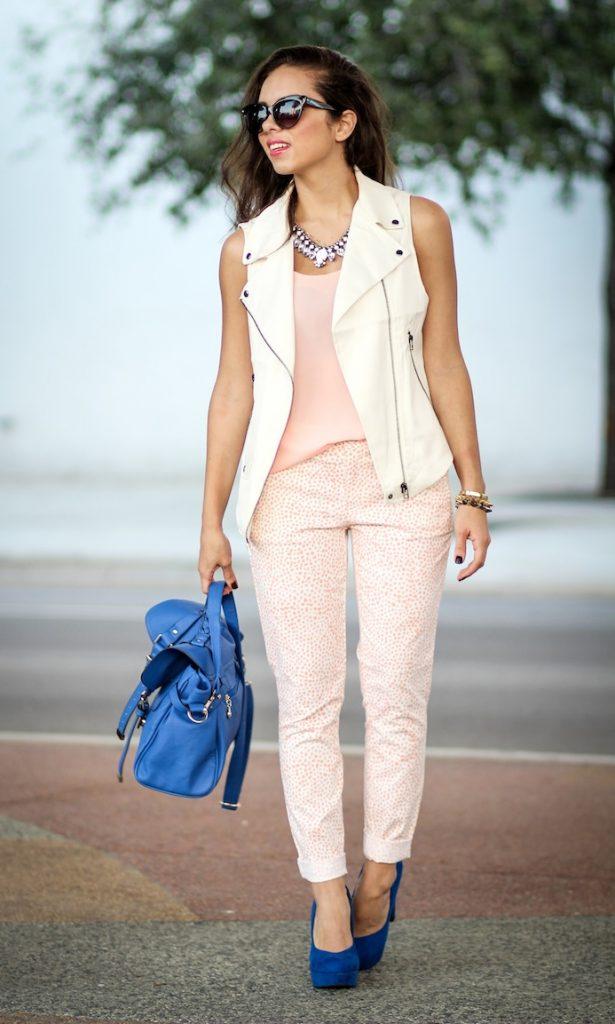Синие туфли отлично разнообразят светло-розовый повседневный ансамбль.
