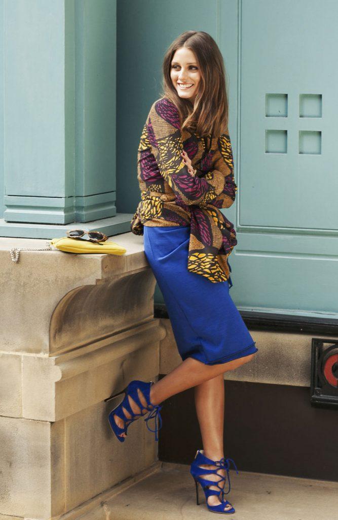 Синяя юбка-миди - отличная пара к синим туфлям на каблуке.