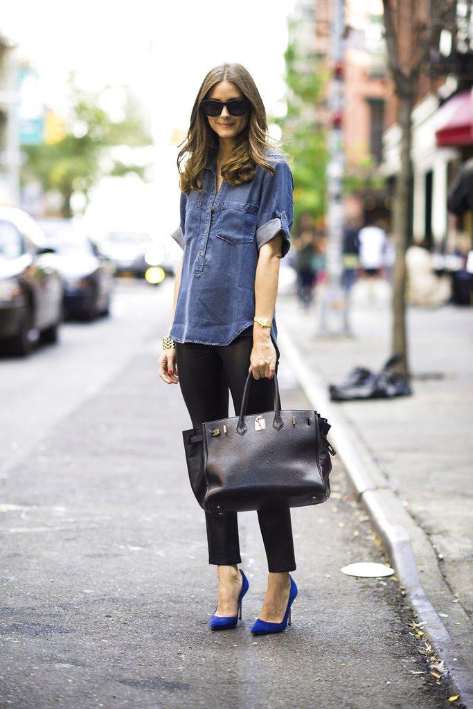 Синие туфли на каблуке прекрасно дополняют черные укороченные брюки.