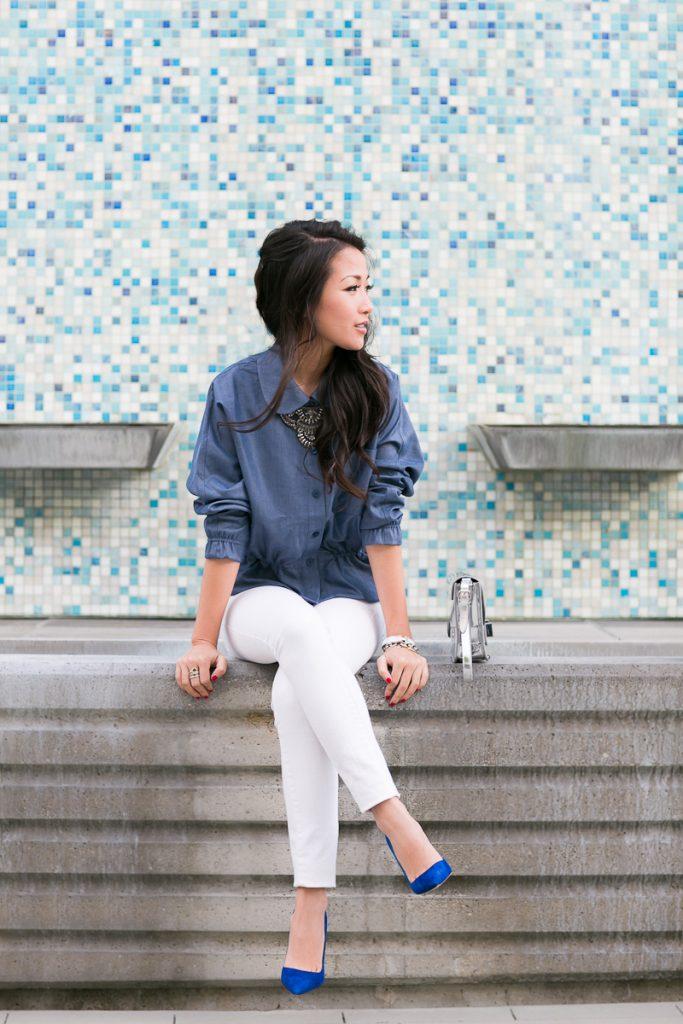Белые укороченные брюки отлично смотрятся с синими туфлями на шпильке.