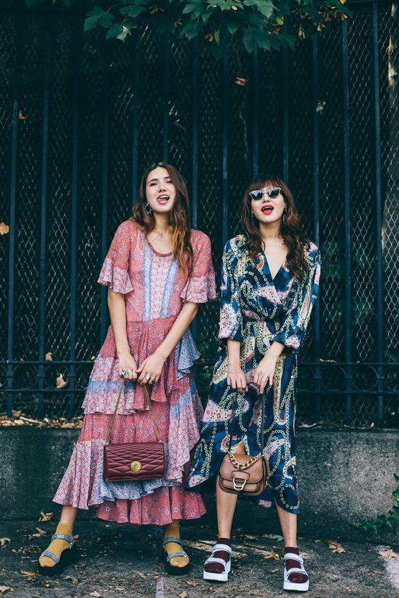 На девушках яркие платья-миди, черные и белые сандалии с ремешками и яркие оранжевые, бордовые носки.