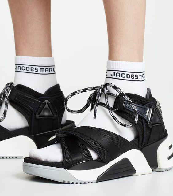 Черные лаконичные сандалии на шнурках в сочетании с белыми носками.