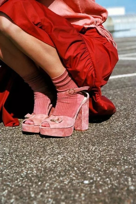 Яркие розовые носки в сочетании с нежно-розовыми босоножками на каблуке.