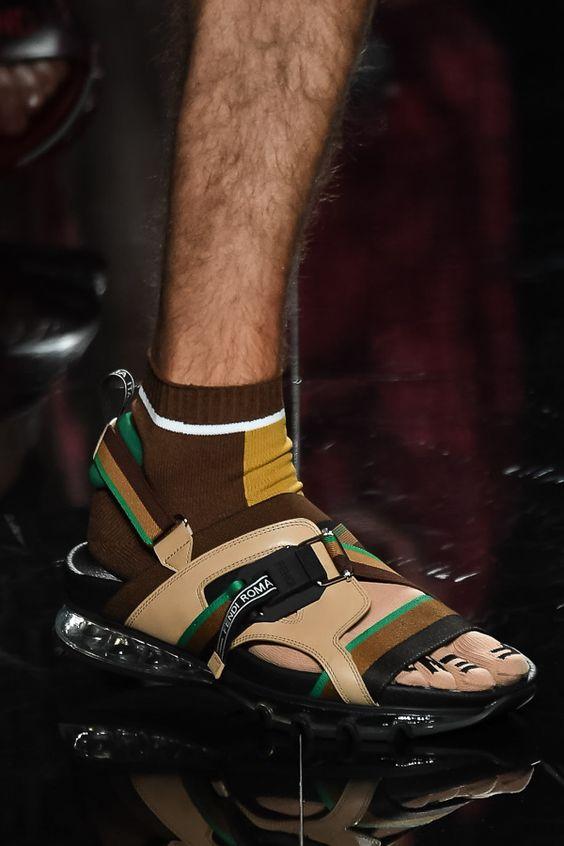 Сочетание мужских бежевых сандалий с носками.