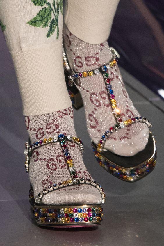 Яркие босоножки с стразами в сочетании с носками - показ Gucci.
