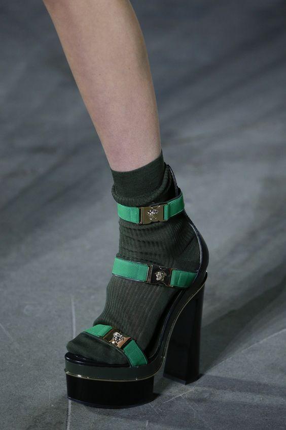 Зеленые босоножки на платформе и толстом каблуке в сочетании с темно-зелеными носками.