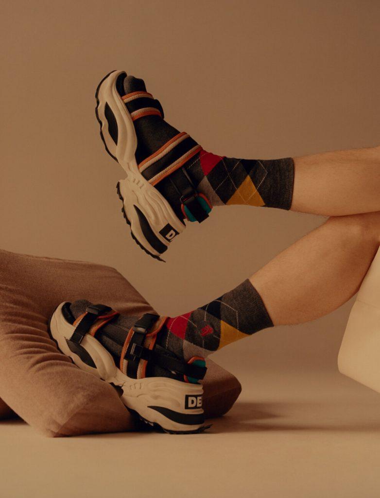 Мужские спортивные сандалии в сочетании с яркими носками с геометрическим рисунком.