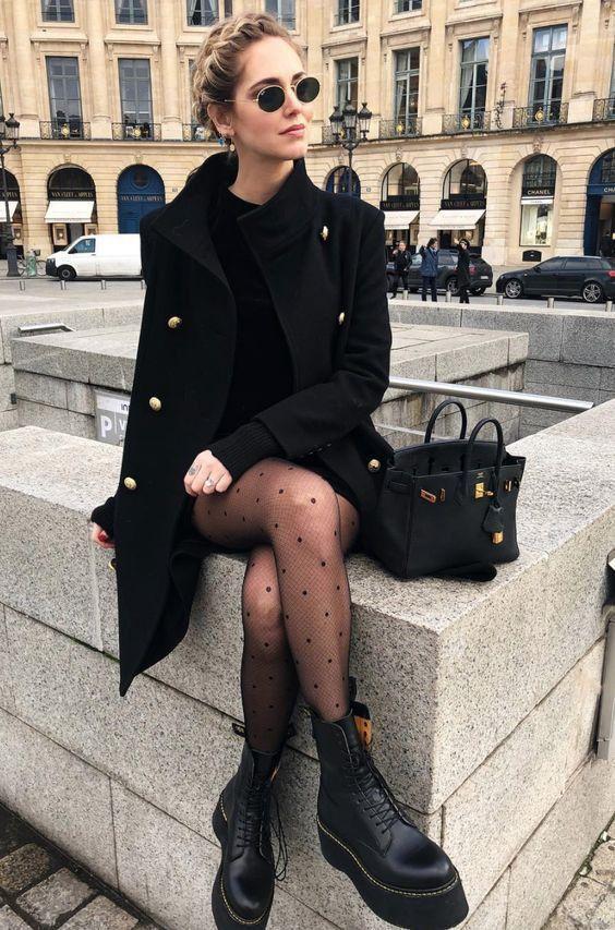 Черное короткое платье, замшевое пальто свободного кроя с золотыми пуговицами, тонкие колготки в мелкий горошек , кожаные черные ботинки на шнуровке и объемной платформе, черная сумка и круглые очки - стильный осенний аутфит.