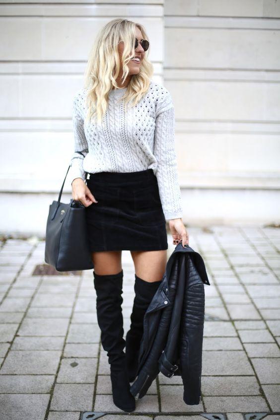Серый вязаный свитер в сочетании с замшевой черной прямой юбкой-мини, замшевыми черными ботфортами выше колена на каблуке, черной сумкой, кожаной курткой и очками.