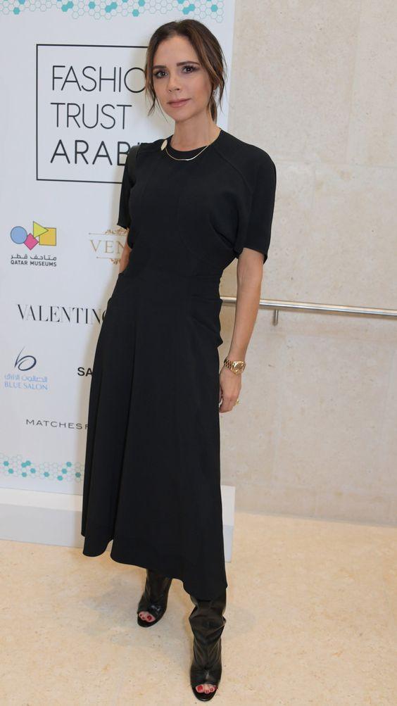 Черное платье-миди в сочетании с черными сапогами с широким голенищем и открытым носом.
