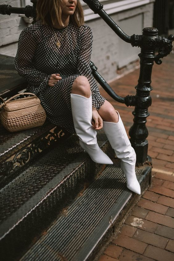 Черное шифоновое платье-миди в горошек в сочетании с белыми сапоги с широким голенищем, шпилькой и заостренным носом.