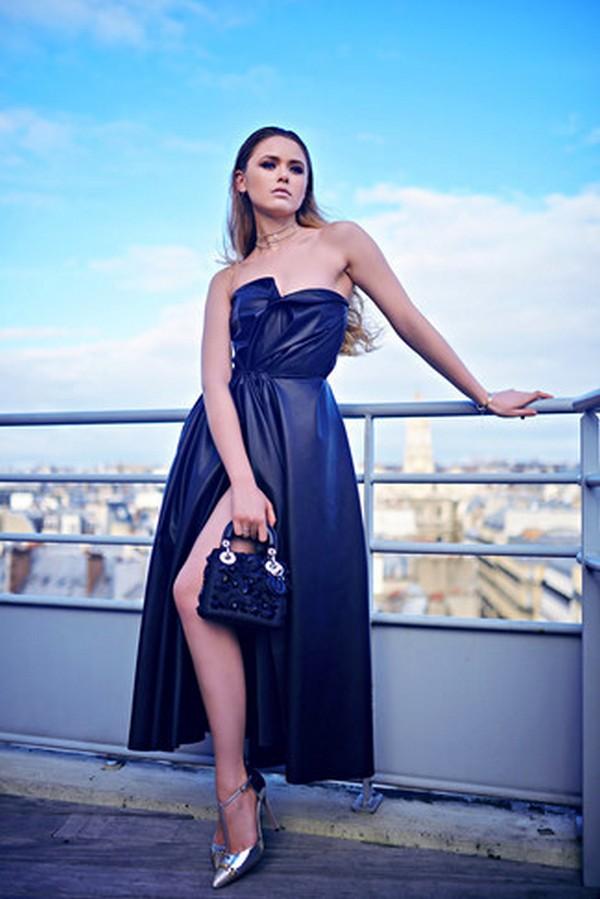 Серебристая обувь отлично гармонирует с темно синим насыщенным оттенком платья