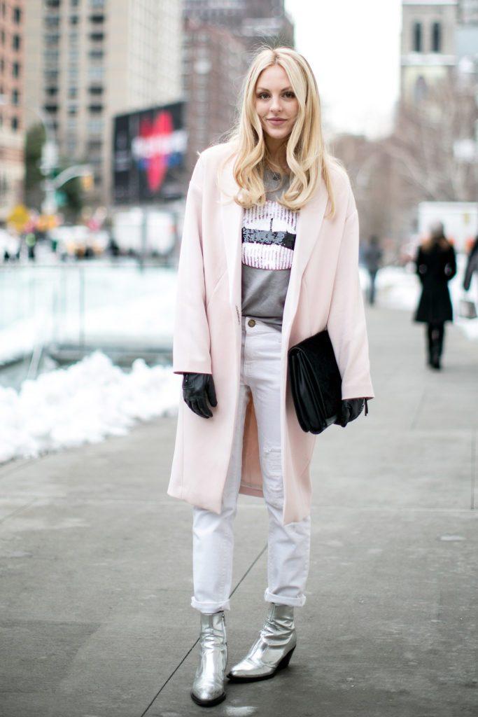 Серебристые ботинки с острым носком на молнии в тандеме с белыми джинсами и розовым пальто создают привлекательный и запоминающийся образ
