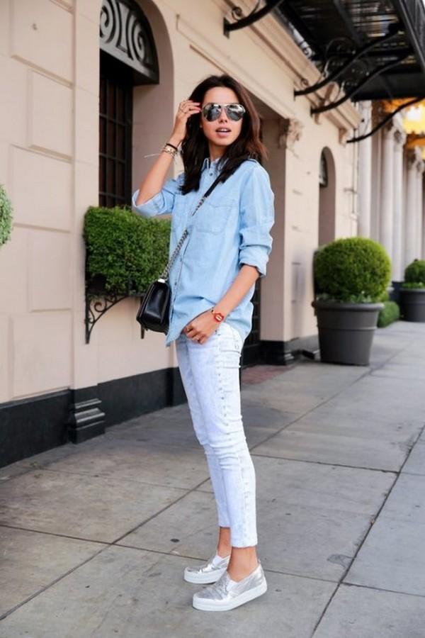 Слипоны цвета белый металлик в тандеме со светло голубыми джинсами и свободной рубашкой – гармоничная пара в стиле кэжуал