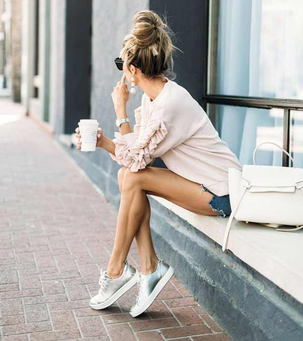 Кроссовки в цвете «темное серебро», укороченные шорты и розовый свитшот – лучший выбор для городской прогулки