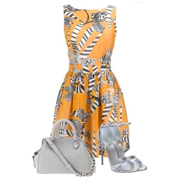 Теплый и броский светлый оранж платья простого кроя – лучшее сочетание с босоножками цвета белый металлик