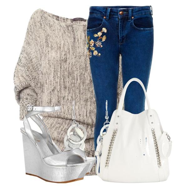 Стильный лук на каждый день с джинсами с вышивкой, светлыми свитером и сумкой в сочетании с босоножками на платформе цвета серебро