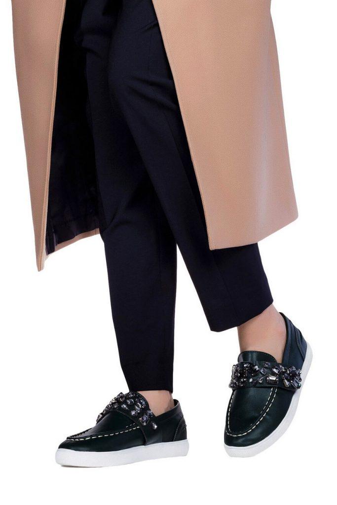 Слипоны с декором отлично оживят классический лук со строгими брюками.