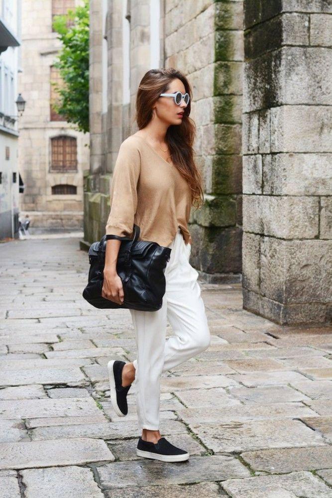 Черные слипоны с белыми брюками - беспроигрышное классическое сочетание.